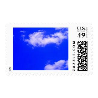 Cielo azul claro y nubes blancas sellos