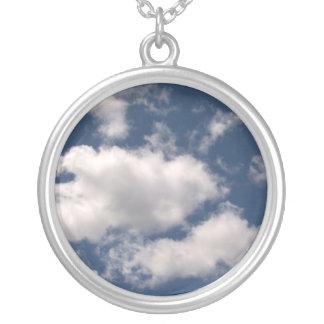 Cielo azul con el collar de las nubes