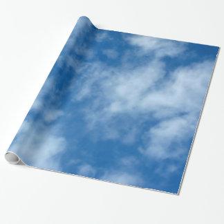 Cielo azul con el papel de embalaje de las nubes