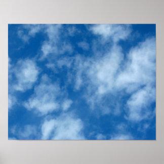 Cielo azul con el poster de la foto de las nubes