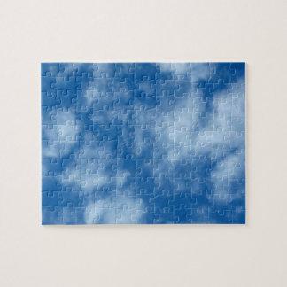 Cielo azul con el rompecabezas de la foto de las