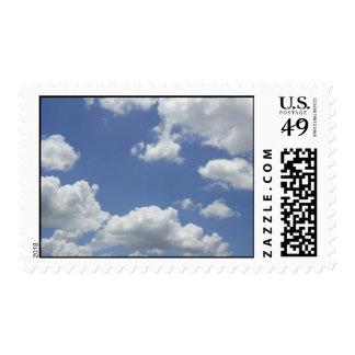 Cielo azul con el sello de las nubes