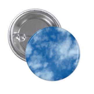 Cielo azul con la foto de las nubes pin redondo de 1 pulgada