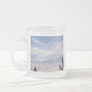 Cielo azul con la taza de las nubes