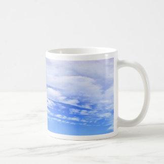 Cielo azul con las nubes blancas hermosas taza básica blanca