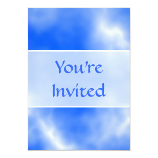 """Cielo azul con las nubes blancas invitación 5"""" x 7"""""""