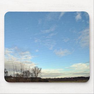 Cielo azul con las nubes blancas parciales tapete de raton