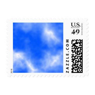 Cielo azul con las nubes blancas sello