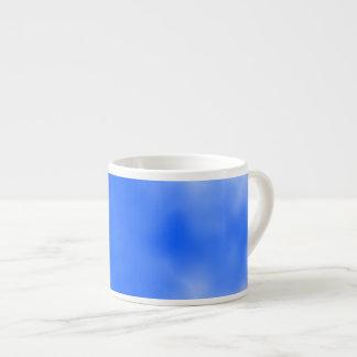 Cielo azul con las nubes blancas taza espresso