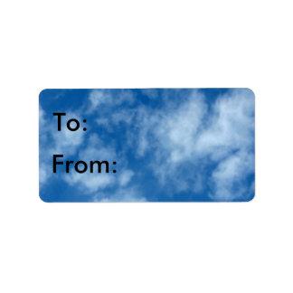 Cielo azul con las nubes etiqueta de dirección