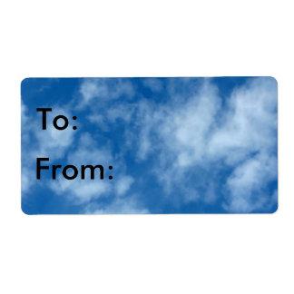 Cielo azul con las nubes etiqueta de envío
