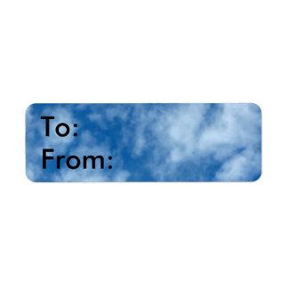 Cielo azul con las nubes etiqueta de remitente