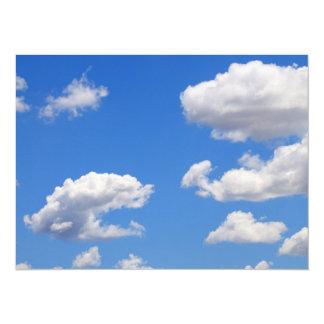 Cielo azul con las nubes para el fondo invitación 13,9 x 19,0 cm