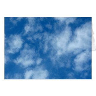 Cielo azul con las nubes tarjeta de felicitación