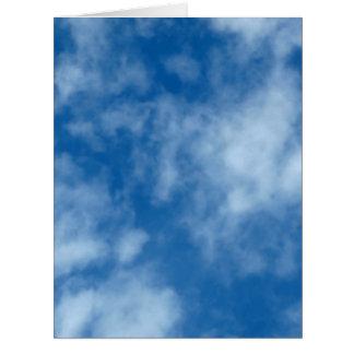 Cielo azul con las nubes tarjeta de felicitación grande