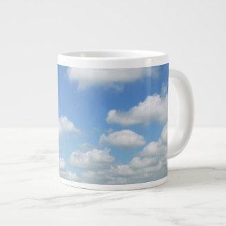 Cielo azul con las nubes taza grande