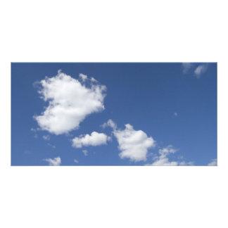cielo  azul con nubes blancas card