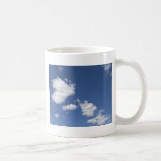 cielo  azul con nubes blancas coffee mug