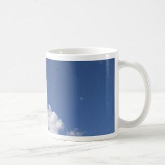 cielo  azul con nubes blancas mugs