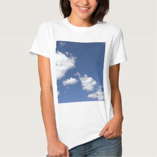 cielo  azul con nubes blancas shirt