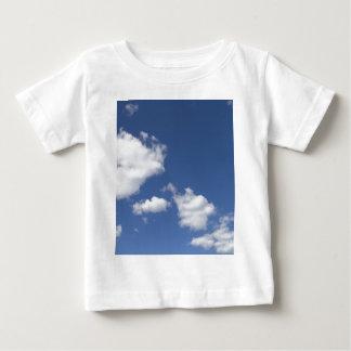 cielo  azul con nubes blancas tee shirt