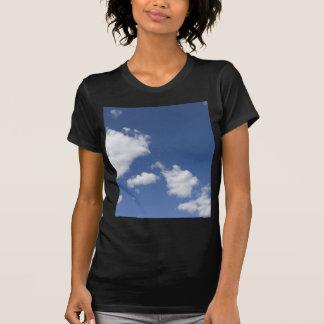 cielo  azul con nubes blancas tshirt