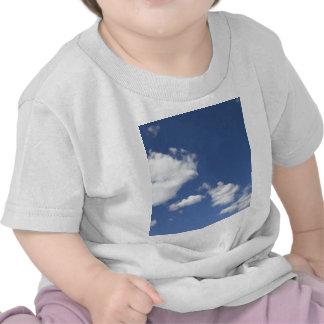 cielo azul con nubes blancas t shirt