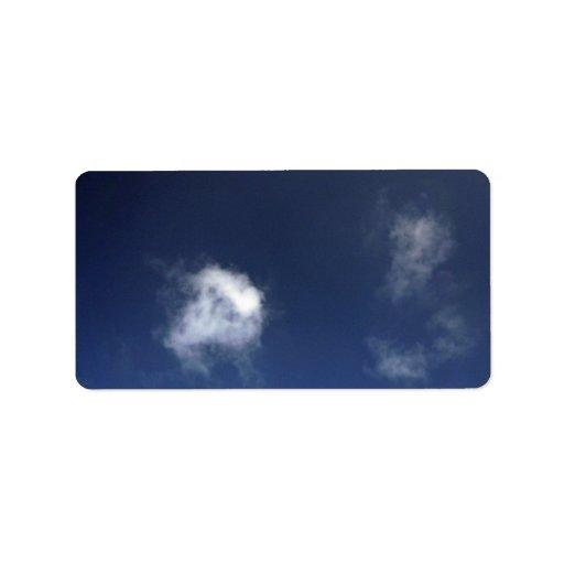 Cielo azul de Brigh con algunas nubes Etiqueta De Dirección