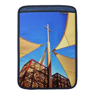 Cielo azul de la cruz hermosa de la iglesia cristi funda macbook air
