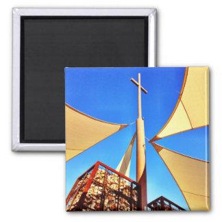 Cielo azul de la cruz hermosa de la iglesia cristi imán de nevera