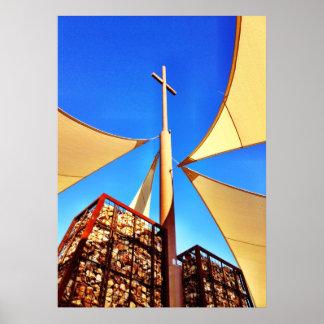 Cielo azul de la cruz hermosa de la iglesia cristi póster