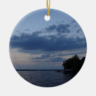 Cielo azul de la puesta del sol sobre el lago NY C Ornamentos Para Reyes Magos