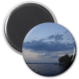 Cielo azul de la puesta del sol sobre el lago NY C Imán Redondo 5 Cm