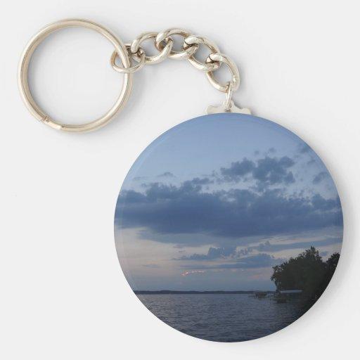 Cielo azul de la puesta del sol sobre el lago NY C Llavero Personalizado