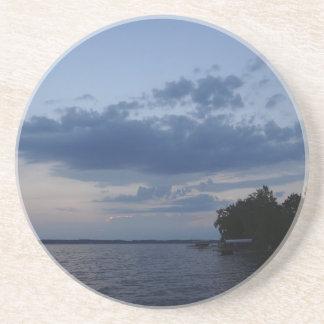 Cielo azul de la puesta del sol sobre el lago NY C Posavasos Personalizados