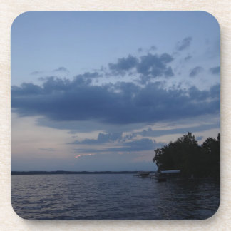 Cielo azul de la puesta del sol sobre el lago NY C Posavasos De Bebidas