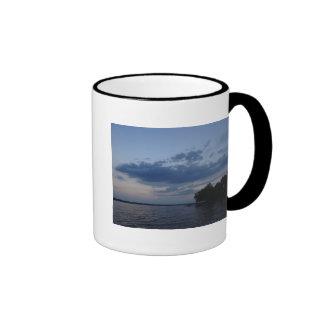 Cielo azul de la puesta del sol sobre el lago NY C Taza De Café