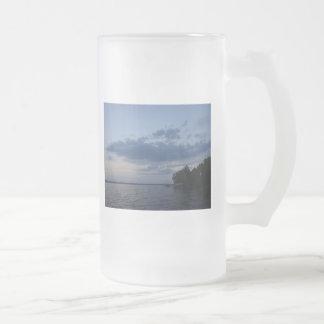 Cielo azul de la puesta del sol sobre el lago NY C Tazas