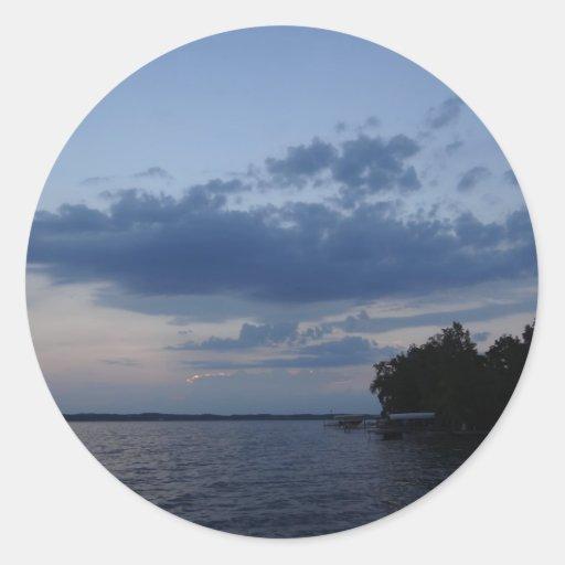 Cielo azul de la puesta del sol sobre el lago NY Pegatina Redonda
