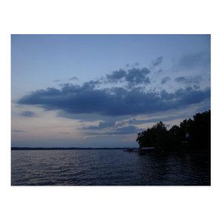 Cielo azul de la puesta del sol sobre el lago NY Postales