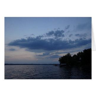 Cielo azul de la puesta del sol sobre el lago NY Tarjeta Pequeña