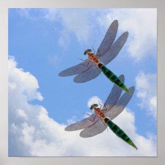 Cielo azul de las libélulas y nubes blancas poster