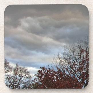 Cielo azul de las nubes de lluvia del otoño - prác posavasos de bebidas