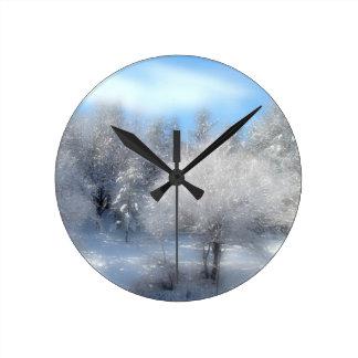 Cielo azul del invierno reloj redondo mediano