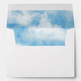 Cielo azul divino con la impresión de las nubes sobre