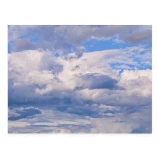 Cielo azul expansivo, diversas formaciones de la postales