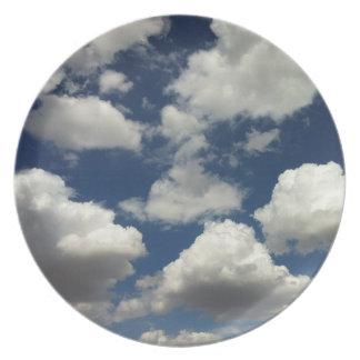 Cielo azul hermoso con las nubes blancas hinchadas plato