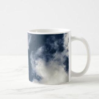 Cielo azul marino y nubes hermosas taza de café