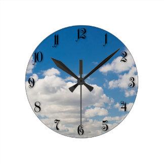 Cielo azul nublado reloj redondo mediano