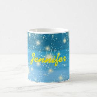Cielo azul personalizado con las estrellas taza básica blanca